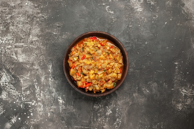 Draufsicht des gerösteten auberginensalats auf dunkler oberfläche