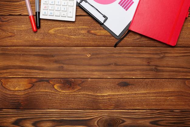 Draufsicht des geschäftspapier-diagramms oder der grafik auf holztisch
