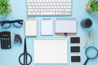 Draufsicht des Geschäftsmodells auf dem blauen Schreibtisch