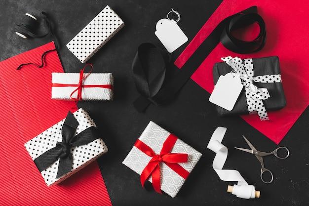 Draufsicht des geschenkes mit band und scheren