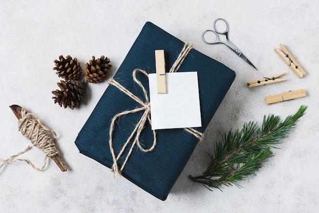 Draufsicht des geschenkes mit tannenzapfen und schnur
