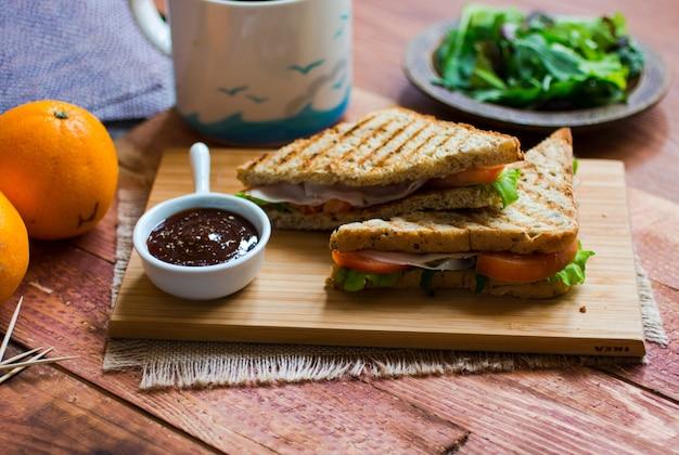 Draufsicht des gesunden sandwiches, auf einer holzoberfläche