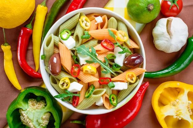 Draufsicht des gesunden und appetitlichen nudelsalats