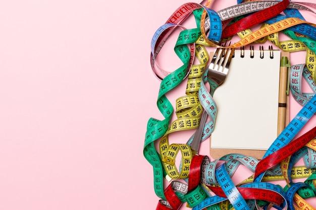 Draufsicht des gewichtsverlustkonzeptes auf rosa