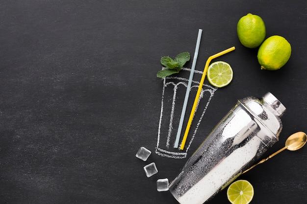 Draufsicht des gezeichneten cocktailglases mit shaker und kopierraum
