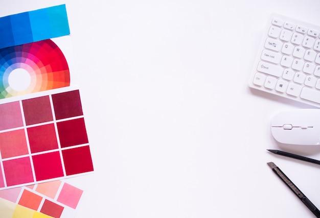 Draufsicht des grafikdesigners mit kopierraum.