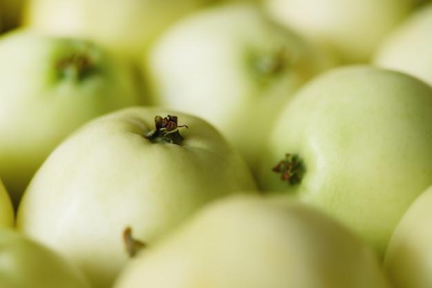 Draufsicht des grünen apfels, konzept