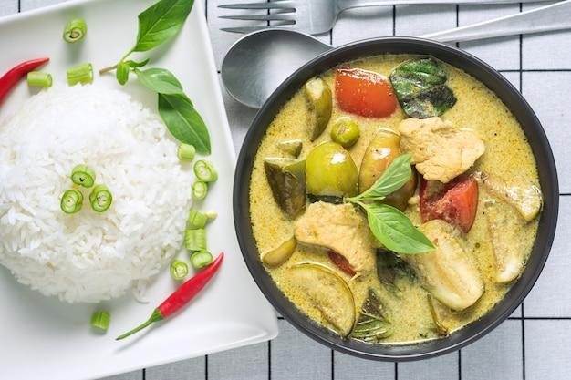 Draufsicht des grünen curry mit chickken thailändischem rezept.