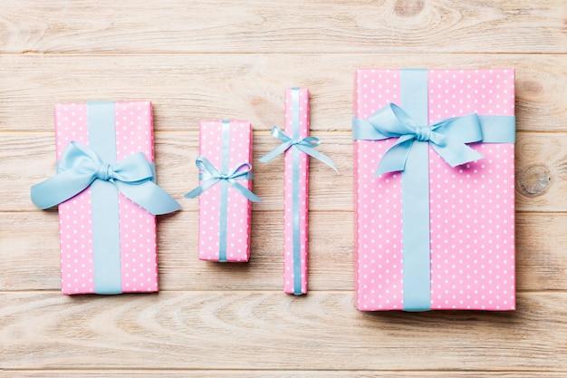 Draufsicht des handgemachten präsentkartonpakets des weihnachten oder anderen feiertags