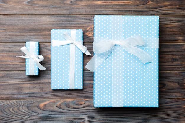 Draufsicht des handgemachten präsentkartons des weihnachten oder anderen feiertags