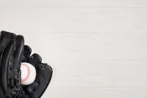 Draufsicht des handschuhs mit baseball- und kopienraum
