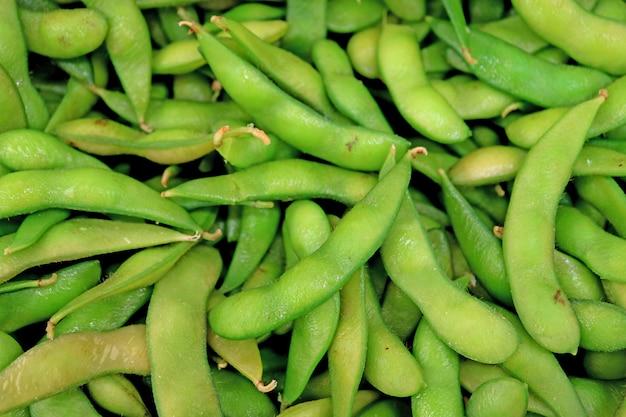 Draufsicht des haufens der frischen grünen sojabohne oder des edamame, die im markt verkaufen
