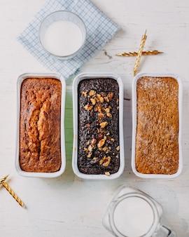 Draufsicht des hausgemachten kuchens mit getrockneten früchten und nüssen auf weißer oberfläche