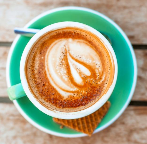 Draufsicht des heißen kaffee lattekunst-herzformschaumes