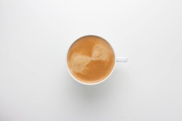 Draufsicht des heißen kaffeespiralschaums lokalisiert auf weißem hintergrund.