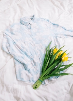 Draufsicht des hemdes im bett