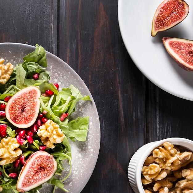 Draufsicht des herbstfeigen-salats mit walnüssen