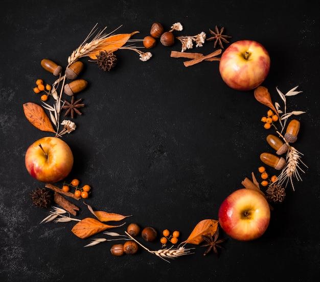 Draufsicht des herbstrahmens mit äpfeln und eicheln
