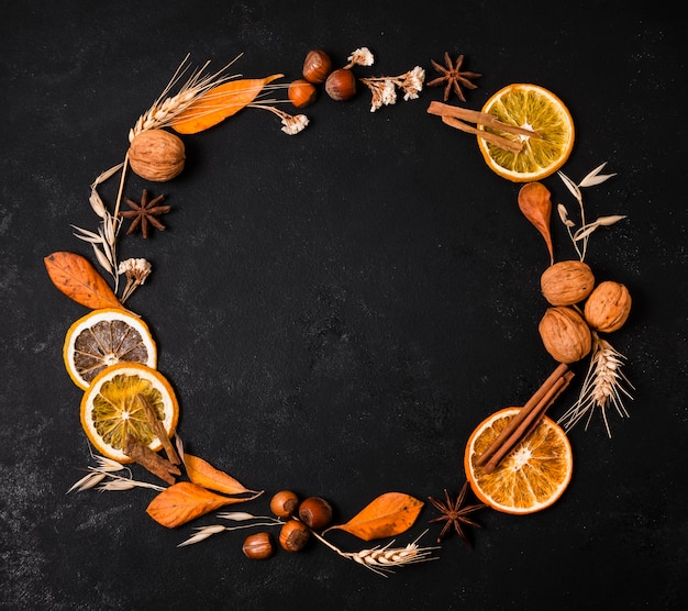 Draufsicht des herbstrahmens mit zitrusfrüchten und nüssen