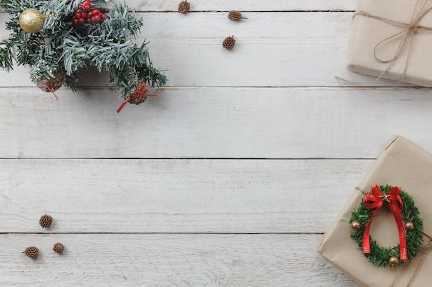 Draufsicht des hintergrundes der dekoration guten rutsch ins neue jahr und der frohen weihnachten mischungsvielzahlwesentliches des zusatzes für jahreszeit unterschiedlicher gegenstand auf modernem rustikalem weißem hölzernem büro schreibtisch platz für kreatives wort.