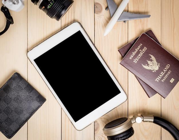 Draufsicht des hippie-sommer-feriengegenstandes. reisende ausrüstungen mit leeren tablet-bildschirm flach legen.