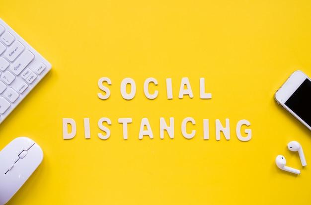 Draufsicht des hölzernen buchstabens des alphabets über soziales distanzierungskonzept.