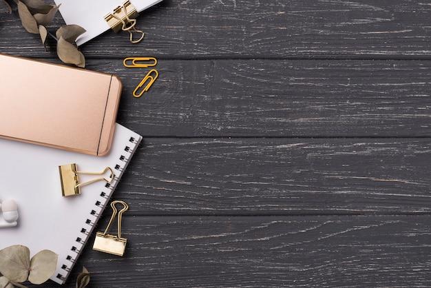 Draufsicht des hölzernen schreibtisches mit smartphone- und kopienraum