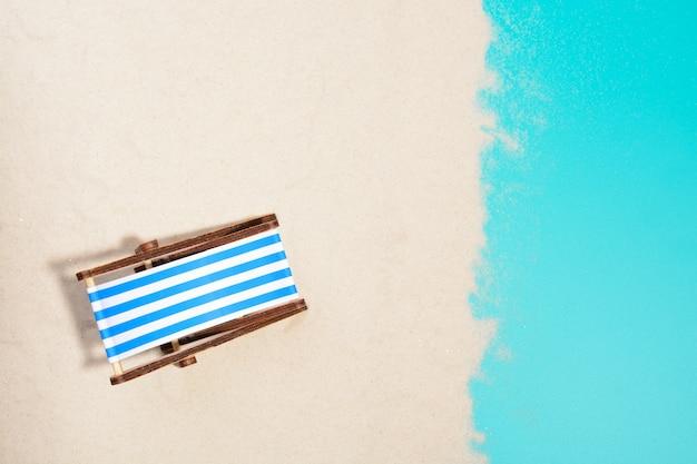 Draufsicht des hölzernen strandkorbs am strand.