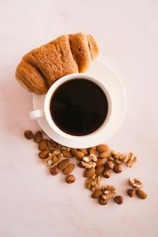 Draufsicht des hörnchen- und kaffeefrühstücks