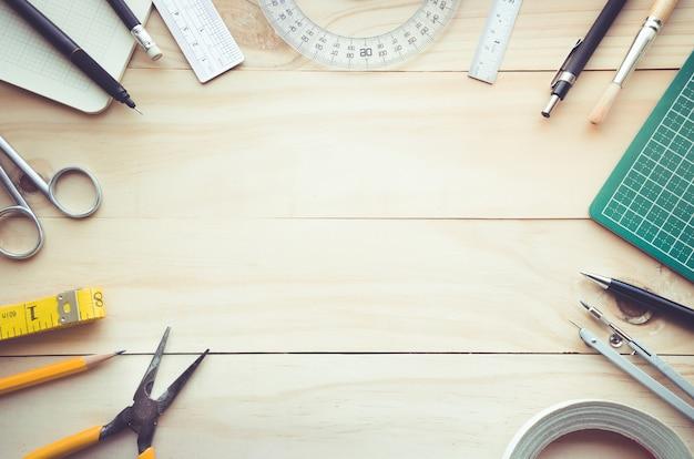 Draufsicht des holztischs mit elementen der werkzeugausrüstung