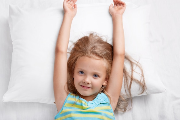 Draufsicht des hübschen kindes hat langes haar