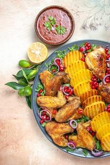 Draufsicht des hühnerhuhns mit kartoffelsamen der granatapfelkräutersauce zitrone