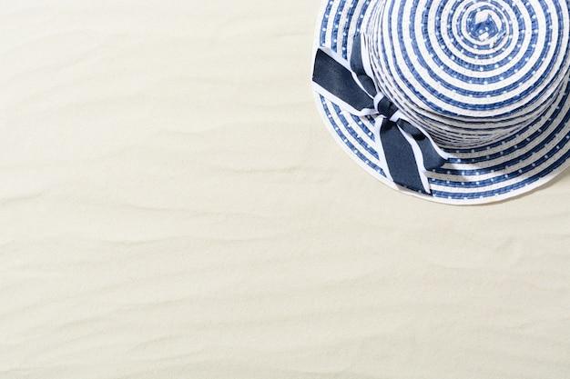 Draufsicht des hutes auf sand