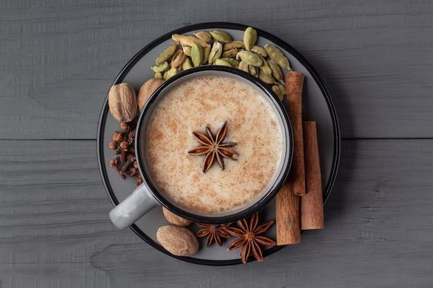 Draufsicht des indischen masala chai tees mit gewürzen in einer tasse
