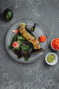 Draufsicht des japanischen sushi-grünen drachen-avocado-zwiebellachses und des sushi-käses