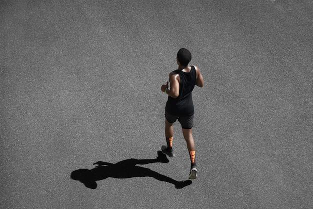 Draufsicht des jungen mannes, der joggt