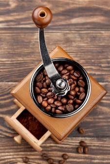 Draufsicht des kaffeekonzepts auf holztisch