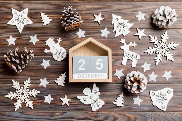 Draufsicht des kalenders auf dem weihnachten hölzern.