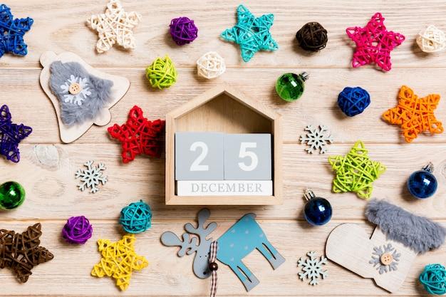 Draufsicht des kalenders auf weihnachtshölzernem hintergrund