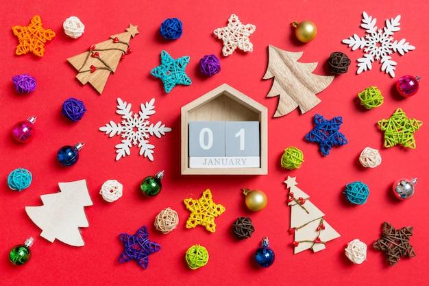 Draufsicht des kalenders mit weihnachtsdekorationen und -spielwaren. weihnachtsverzierung konzept