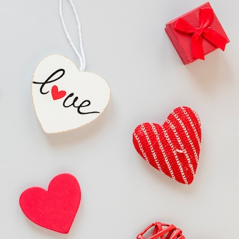 Draufsicht des kastens mit herzen für valentinstag