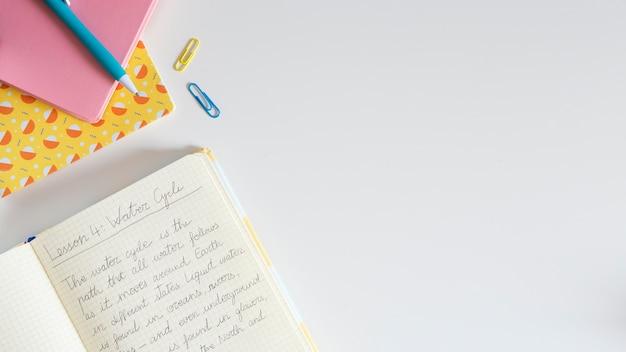 Draufsicht des kinderschreibtisches mit notizbuch und kopienraum