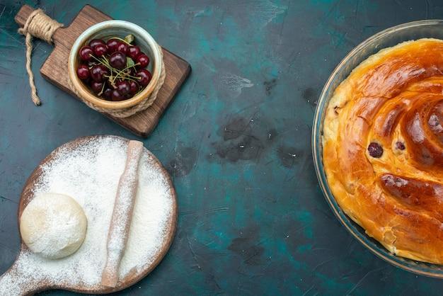 Draufsicht des kirschkuchens mit teigmehl und sauerkirschen auf dunklem, süßem kuchen der kirschfrucht backen