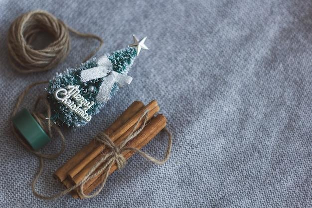 Draufsicht des kleinen weihnachtsbaumgarnbündels der zimtstangen
