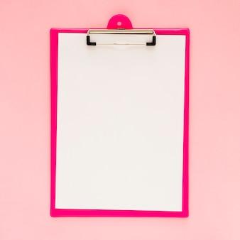 Draufsicht des klemmbrettmodells mit rosa hintergrund