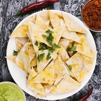 Draufsicht des knusprigen mexikanischen lebensmittels der nachos