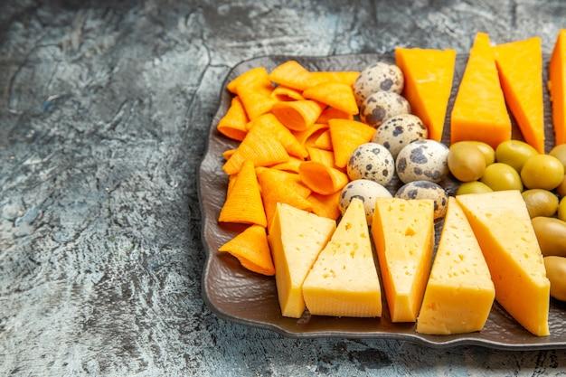 Draufsicht des köstlichen besten snacks für wein auf braunem tablett auf eishintergrund