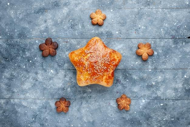 Draufsicht des köstlichen gebäcksterns geformt mit keksen auf grauem, süßem backgebäckzuckerkuchen