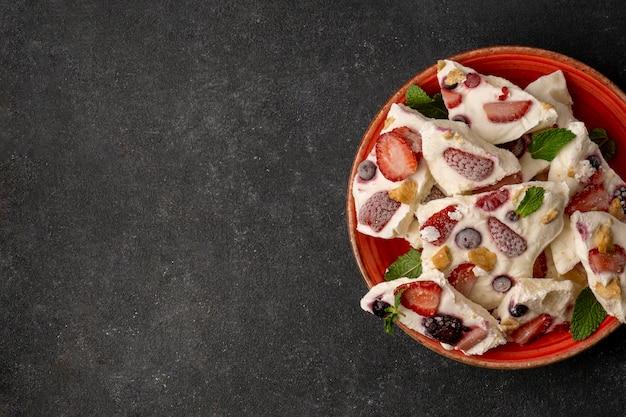 Draufsicht des köstlichen gefrorenen fruchtjoghurts