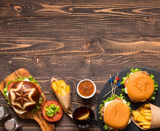 Draufsicht des köstlichen hamburgers, mit gemüse, auf einer holzoberfläche.